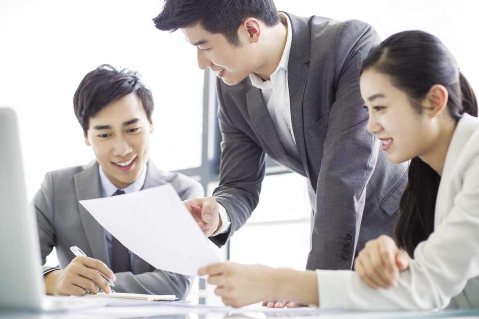 金融科技新崛起,且未來成長力充滿爆炸性,金融業須打造一支多樣化人才隊伍。圖為金融保險人員規畫產品。圖/本報資料照片