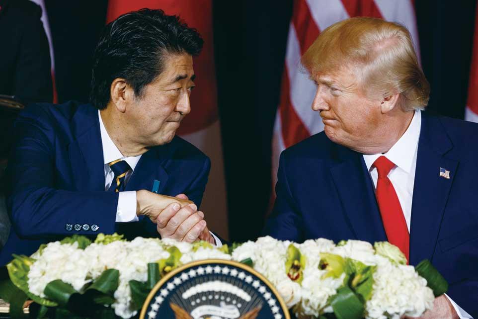 美國總統川普(右)與日相安倍晉三(左)於9月25日,在聯合國大會場邊簽署了一項雙邊貿易協議。圖/美聯社