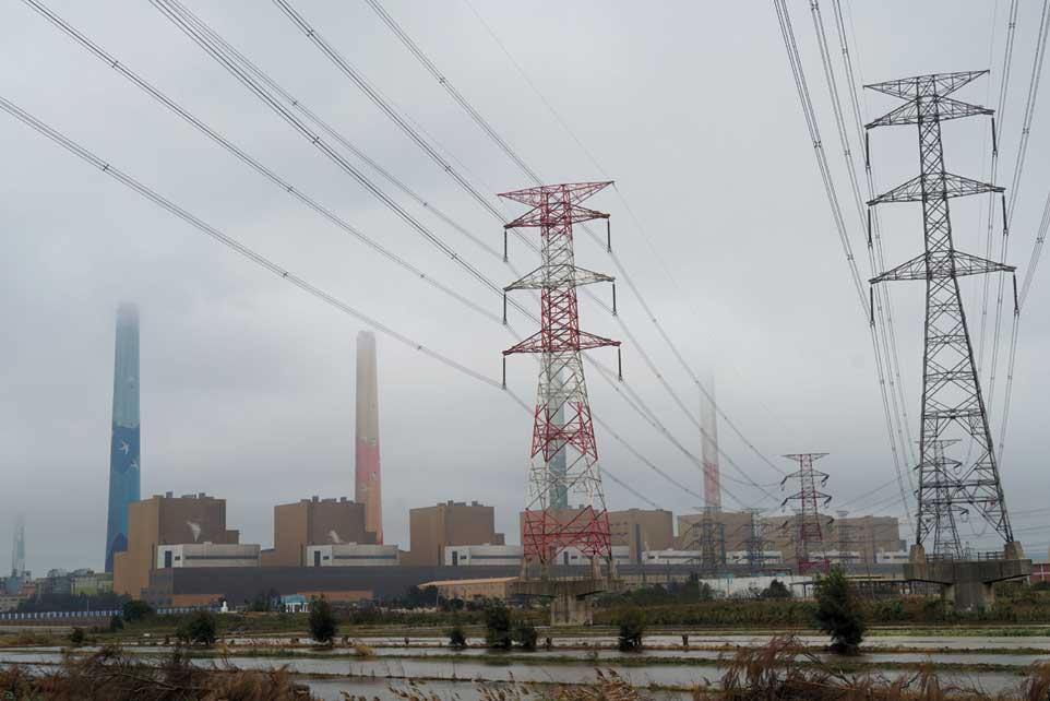 「非核家園」進程太快,再生能源開發進度又太慢,造成近年台灣供電日益窘迫,政府對缺電應變措施是增加火力發電供應量。圖為台中火力發電廠。圖/本報資料照片
